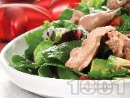 Рецепта Зелена салата от маруля, рукола, авокадо, синьо сирене и черен дроб от треска